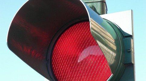 Foto al semaforo rosso: multa nulla se vicino non c'è la polizia