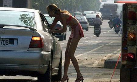 Ricattare chi parla con una prostituta è reato