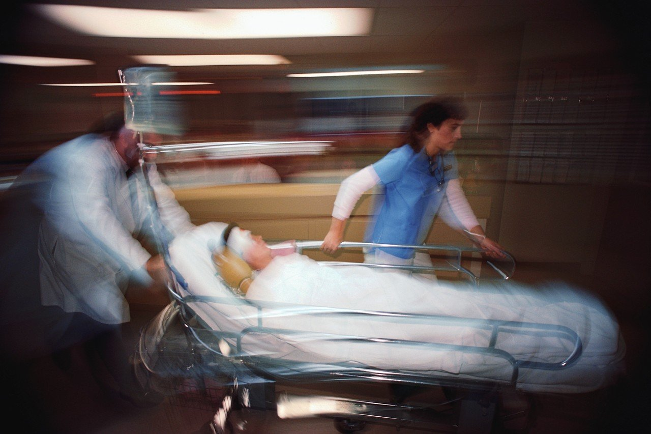 Risponde di omicidio il medico che non trasferisce il paziente in una struttura ospedaliera adeguata