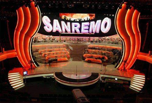 """Famiglie italiane sotto il palco di Sanremo per """"cantare la vergogna"""""""