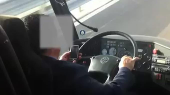 Guida col cellulare: si per forze dell'ordine, no per tassisti e autisti bus