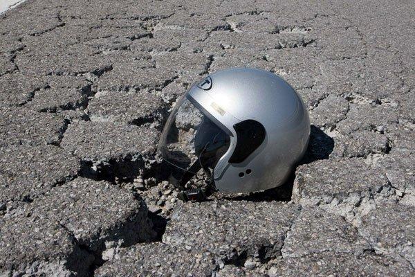 Omicidio colposo per il motociclista che non obbliga il passeggero a indossare il casco
