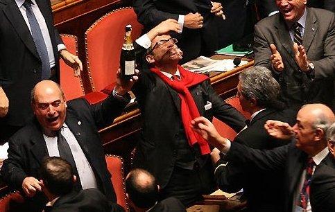 """Per allontanare i parlamentari """"condannati"""" scende in campo la carta del decreto legge"""