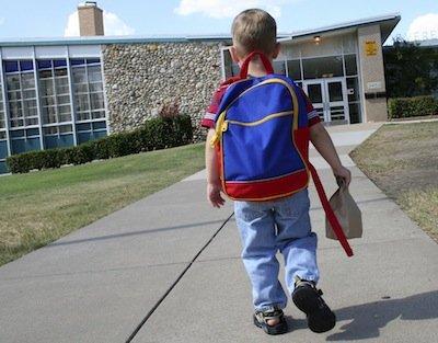 Sottrazione di minore per la madre che impedisce all'ex di prendere il figlio a scuola