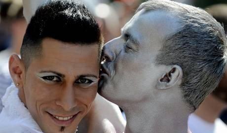 Nozze tra gay: legge approvata dal governo francese