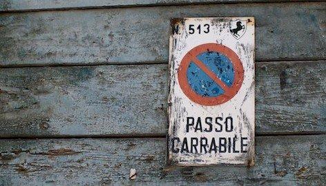 Garage senza passo carrabile, si può parcheggiare?