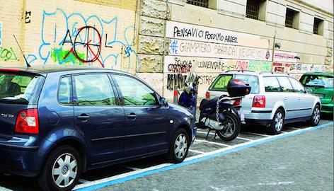 Strisce blu dilagano: parcheggi solo a pagamento e multe illegittime