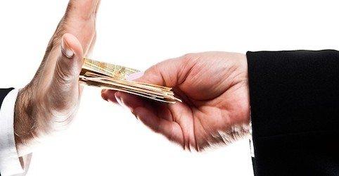 Offrire 100 € al poliziotto non è corruzione