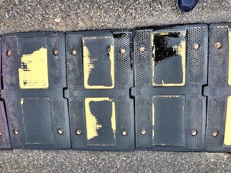 Caduta tra il dosso e la buca sulla strada: motociclista non risarcito