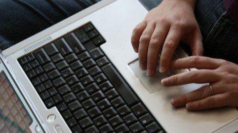 Chi perde tempo sul lavoro con internet commette peculato