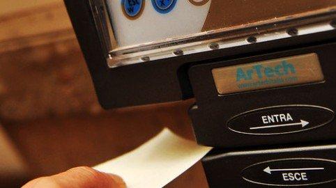 Timbrare il cartellino del collega: non è sostituzione di persona