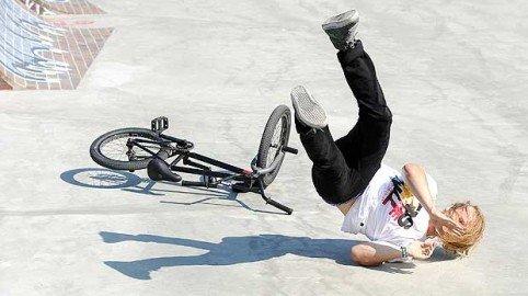 Caduta del ciclista sull'asfalto irregolare