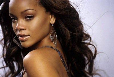 Rihanna nuda approda su Facebook