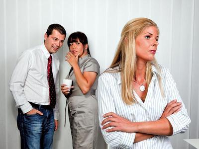 Maldicenze e pettegolezzi: parlare male di qualcuno può costituire reato