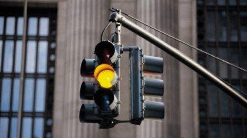 Semaforo: quanto tempo deve durare la luce gialla?