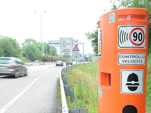Stop alle colonnine autovelox fisse ai lati della strada. A che servono?