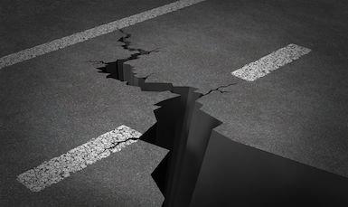 Buche, ostacoli, ghiaccio, strade dissestate: quando il risarcimento del danno è possibile