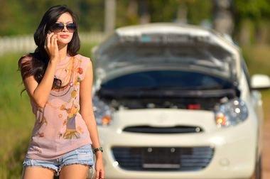 Multa all'automobilista che parla al cellulare se fermo allo stop