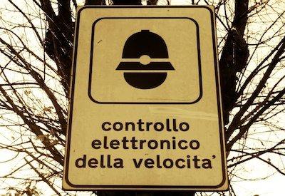 Autovelox: basta il cartello col simbolo del vigile urbano a segnalare l'apparecchio