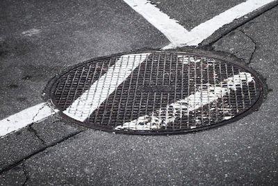 Caduta nel tombino sul marciapiedi: no risarcimento del danno