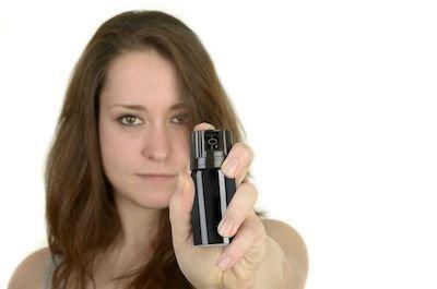 Bomboletta spray irritante e lacrimogena: porto illegale di armi?