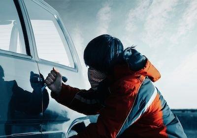 Furto auto causato da oggetti e borse ben in vista: l'assicurazione risarcisce?