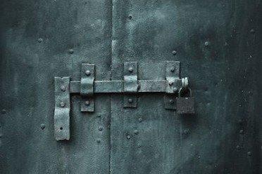 Servitù di passaggio: illegittimo chiuderla con cancello e lucchetto