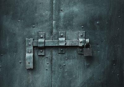 Servitù di passaggio: legittimo il lucchetto al cancello o al portone