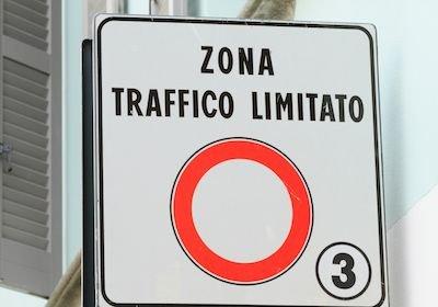 Con il permesso per le ZTL non si può parcheggiare in divieto