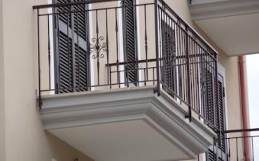 Riparazione balconi aggettanti e tetti in condominio: chi paga