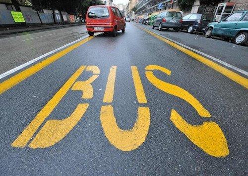 Multe seriali per auto nella corsia preferenziale dell'autobus