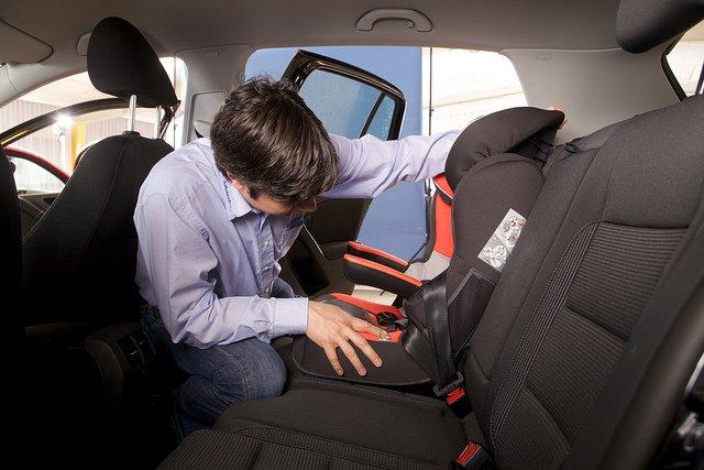 Come viaggiare in sicurezza con i seggiolini per auto