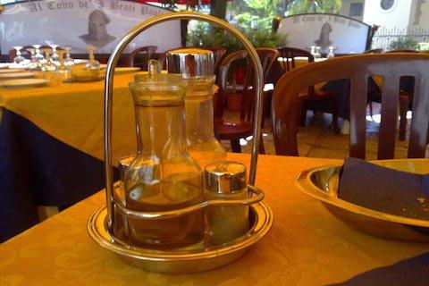Olio d'oliva sui tavoli di pizzeria e ristorante: ora deve essere così