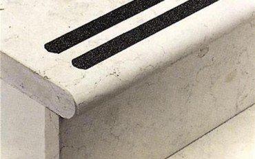 Scala liscia e gradini senza zigrinature antiscivolo: risarcimento assicurato