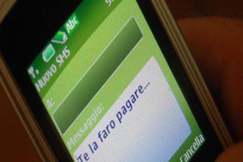 Chiamate e messaggi a raffica sul cellulare: è stalking