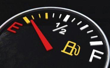 Perché il prezzo del petrolio è sceso e quello della benzina no?