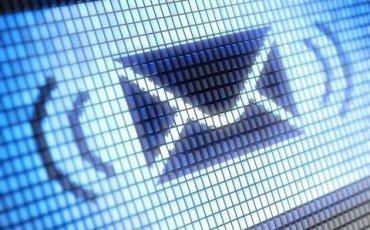 Leggere le email e spiare la casella altrui è reato
