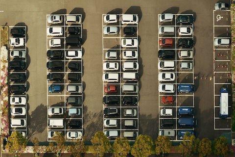 Posti auto in condominio: l'assegnazione degli spazi non scioglie la comunione