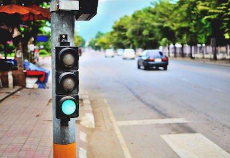 Arriva il semaforo laser che controlla la velocità