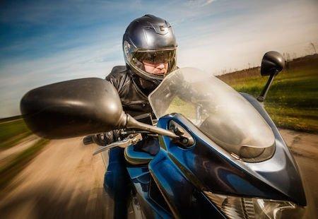 Uso del casco: senza la protezione si può avere il risarcimento?