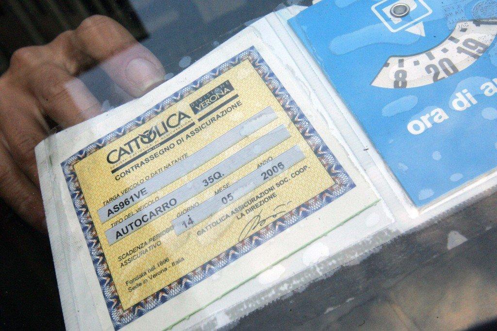 Niente contrassegno di assicurazione sul vetro dell auto for Assicurazione rc casa on line