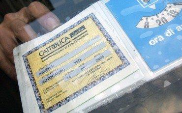 Auto senza assicurazione: non basta pagare la multa contro il sequestro