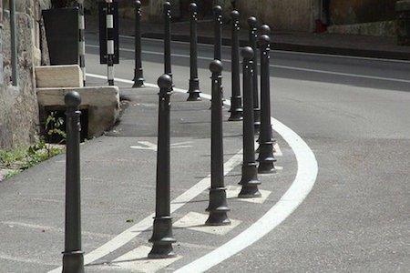 Paletti sul marciapiede anti parcheggio abusivo: come chiederli al Comune