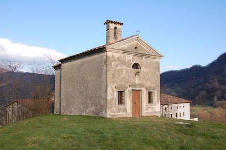 Scrivere sul muro di una chiesa è reato di offesa alla religione