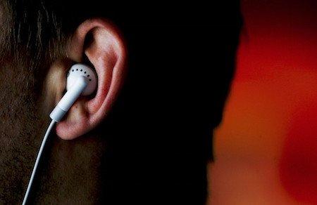 Auricolari alla guida: si, ma solo in un orecchio