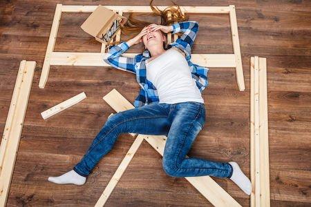 Lecito prendere i mobili di casa se il coniuge non paga il debito