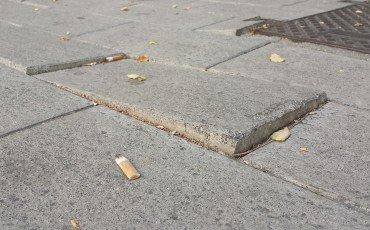 Caduta da gradini per colpa della mattonella: il Comune risarcisce