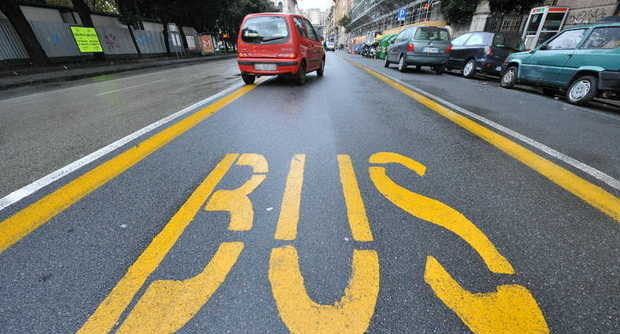 Ausiliare del traffico: sì alla multa sulle corsie autobus