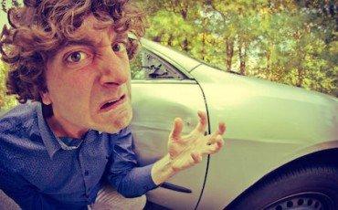 Tagliare la strada e costringere un'auto a fermarsi è reato