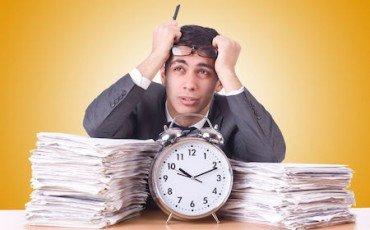 Eccessivo arretrato di lavoro: la busta paga può essere ridotta